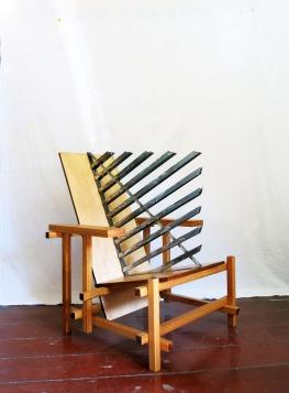 Daniel Murgel, Ofendículo Bauhaus, para cadeira do Gerrit Rietveld. Madeira e ferro, 87 x 70 x 78 cm, 2015