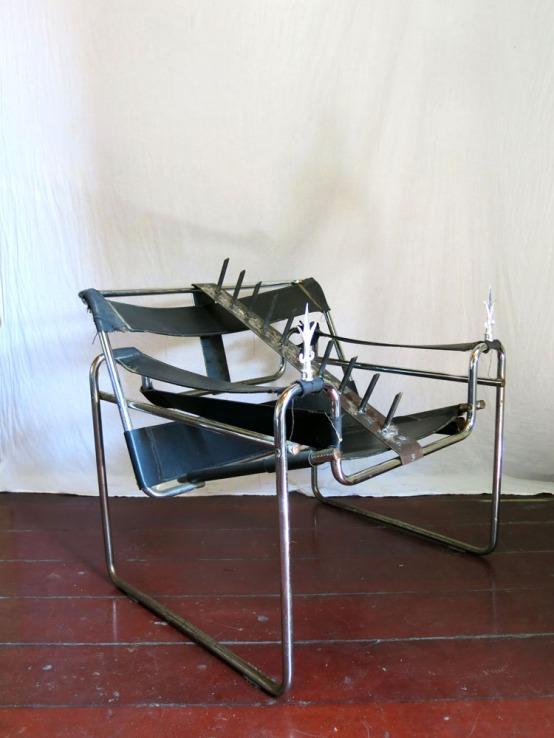 Daniel Murgel, Ofendículo Fita para cadeira Wassily, do Marcel Breuer. Aço, couro e ferro, 80 x 80 x 70 cm, 2015